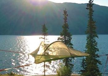 空中に浮くテント